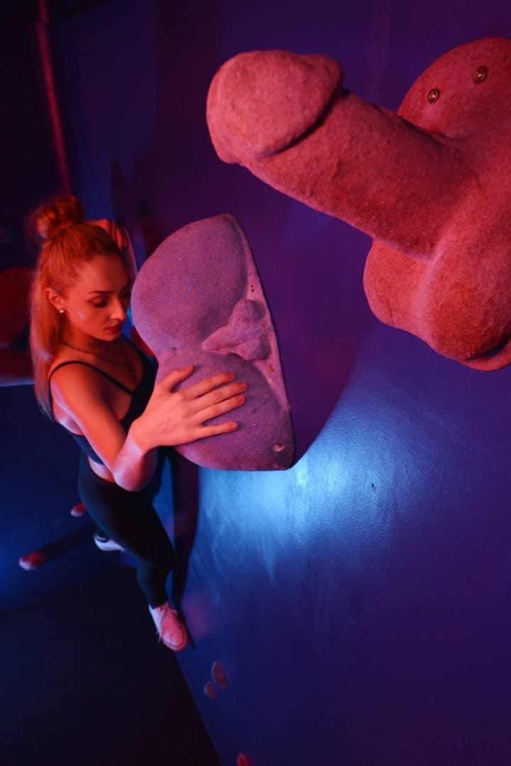 Mur d'escalade érotique prise en forme d'organes sexuels