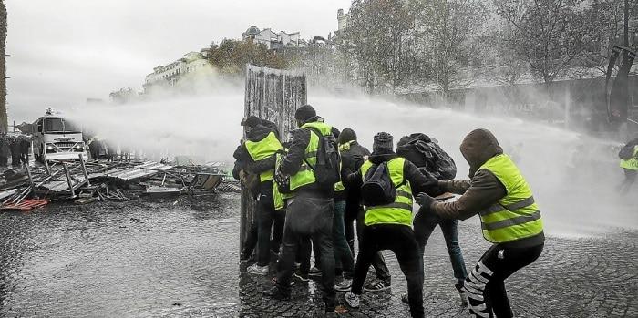 gilet-jaunes-champs-élysées-manifestation-pavés-barricades-affrontement