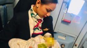 hôtesse de l'air donne le sein allaite bébé