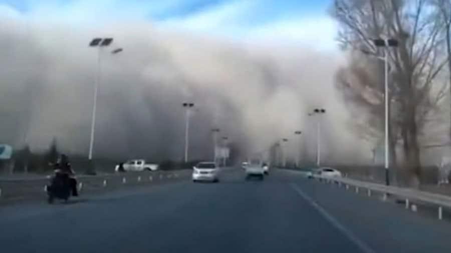 Une ville entière se fait recouvrir par un nuage de sable qui se répand à toute vitesse