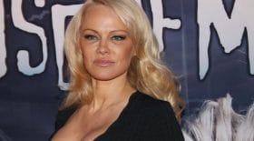 Pamela Anderson soutient l'honnêteté seins nus