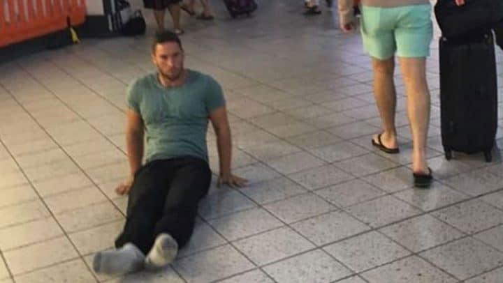 paraplégique se traine par terre aéroport