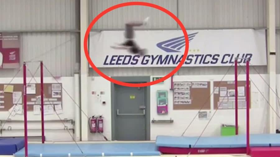 Un gymnaste d'élite réalise le record du monde du backflip en longueur