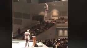 Un révérend suspendu dans les airs