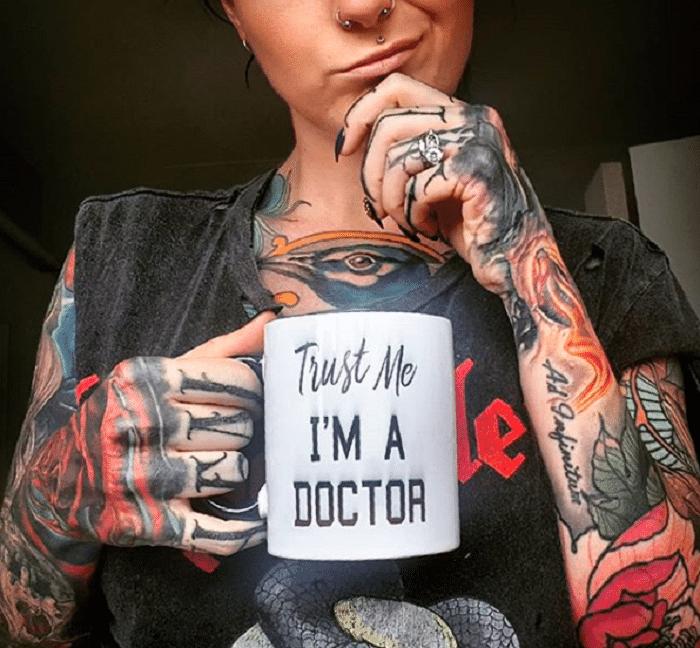 métier-femme-tatouage-préjugés-docteur