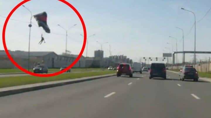 parachutiste pendu à un lampadaire
