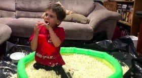 Une piscine de popcorn pour son anniversaire