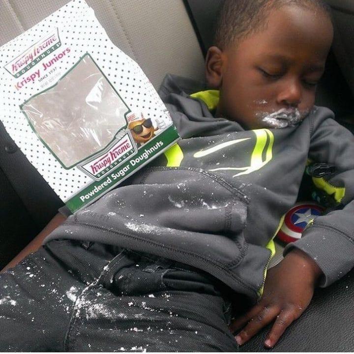 enfant mange donuts