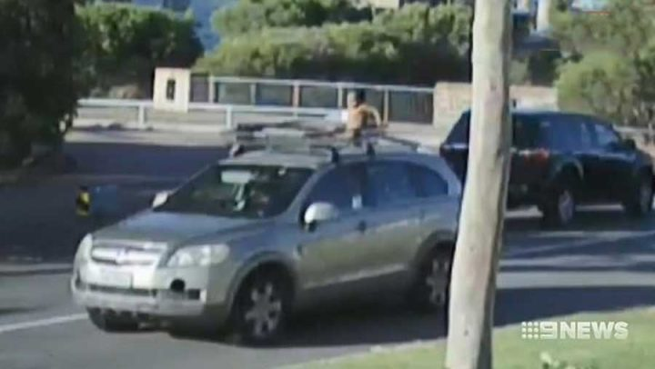 enfant sur le toit d'une voiture