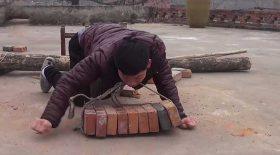 handicapé moteur soulève des briques