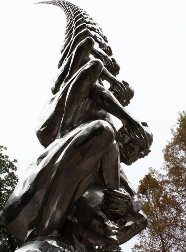 sculpture hommes superposés