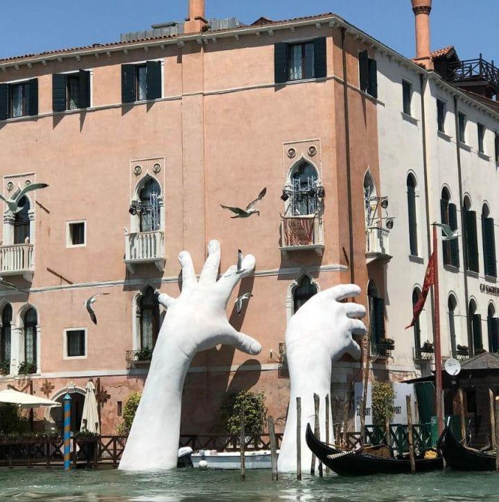 sculpture mains géantes