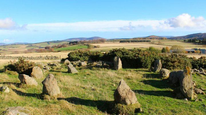 megalithes cercle de pierres faux