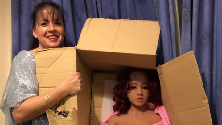 poupée sexuelle caisse en carton