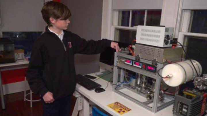 enfant génie fabrique réacteur de fusion nucléaire