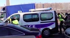 Fourgon de police attaqué à Lyon par des Gilets jaunes