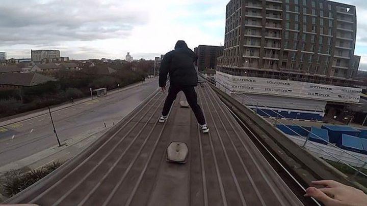 hommes courent sur le toit d'un train