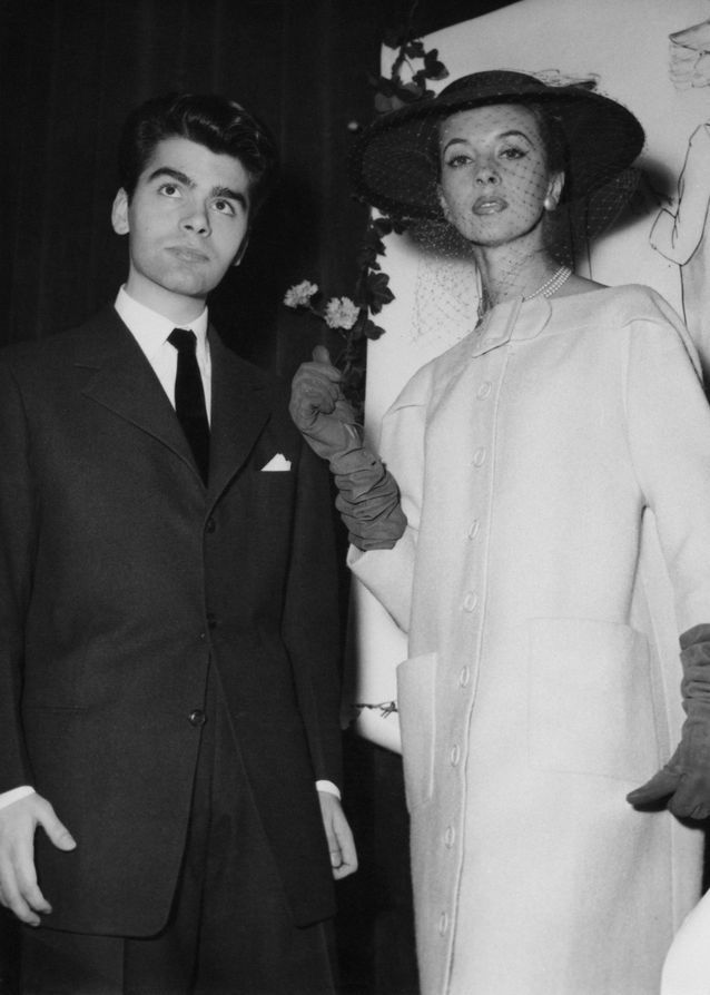 Karl-Lagerfeld-gagne-son-premier-concours-de-mode-ici-avec-sa-creation-en-1954