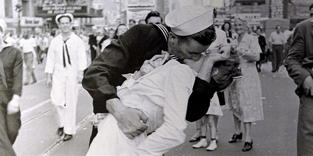 Le marin qui embrasse sa dulcinée sur Times Square est décédé à l'âge de 95 ans