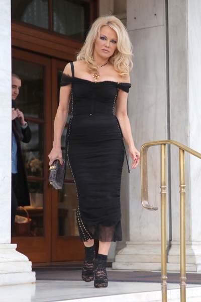 Pamela Anderson sexy pour saluer ses fans à Athènes