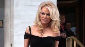 Pamela Anderson sexy en robe noire