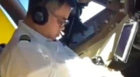 pilote dort aux commandes de l'avion