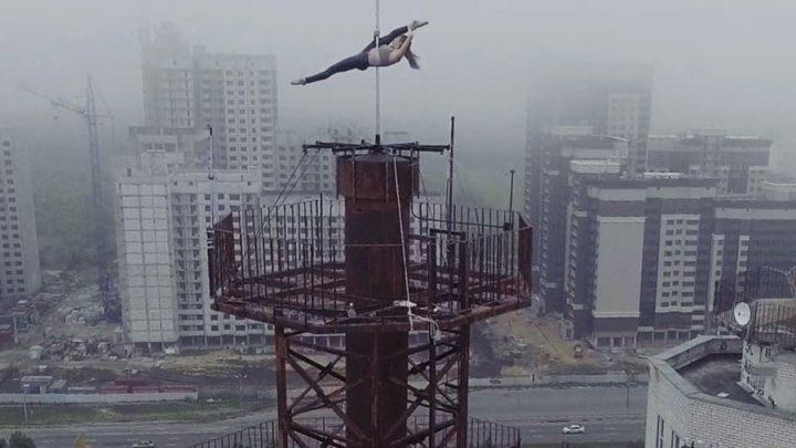 pole dance antenne gratte-ciel