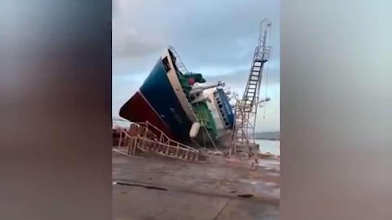 Ce bateau en réparation chute et s'écrase sur le quai ! (vidéo)