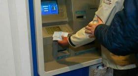voleur rend argent distributeur d'argent