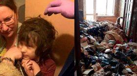 enfant vit montagne de poubelles ordures