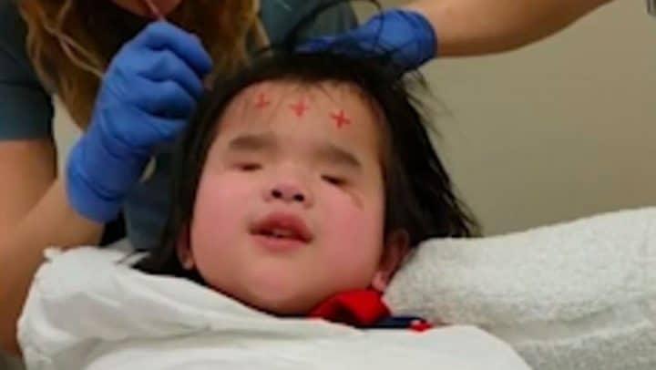 fillette née sans yeux chante hôpital