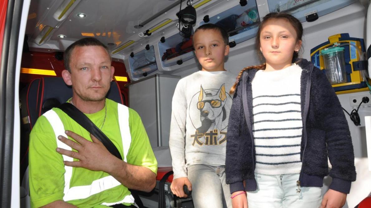 Des jeunes héros ! Deux enfants de 11 et 9 ans sauvent leur père coincé sous une voiture