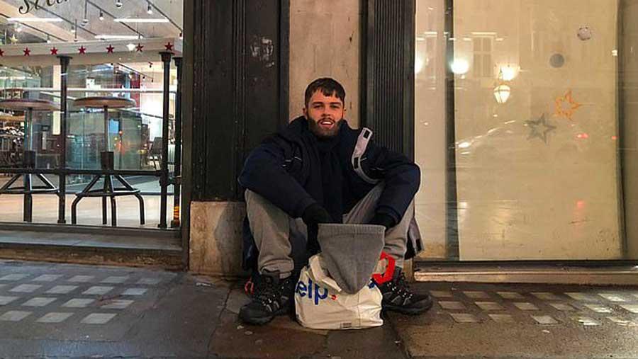 Un entrepreneur qui gagne 10 000 € par jour accepte l'expérience de vivre 1 semaine dans la rue