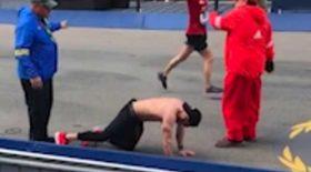 vétéran marathon de boston à genoux