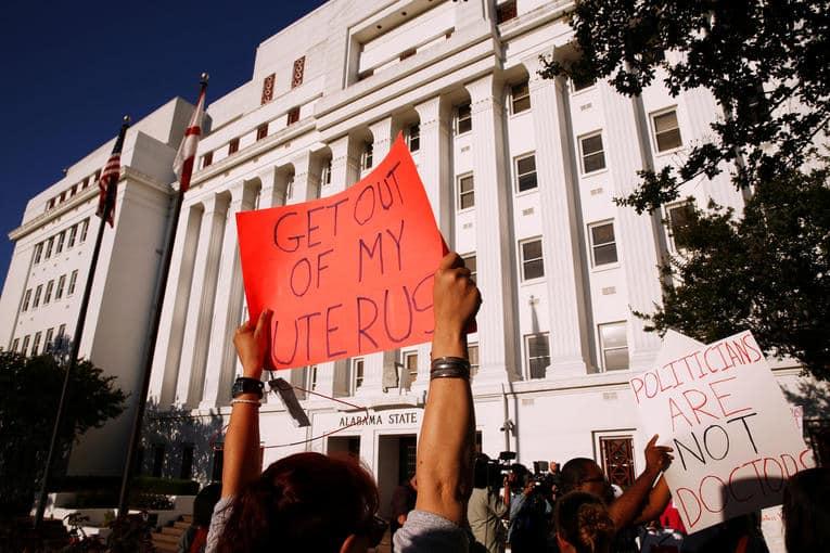 Avortement : l'Alabama vote la loi la plus répressive des Etats Unis pour limiter l'accès à l'IVG