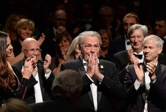 Alain Delon ému aux larmes après avoir reçu la Palme d'or d'Honneur à Cannes