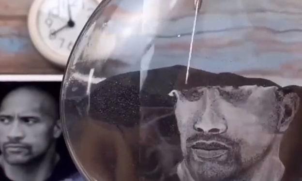 Il dessine le portrait de Dwayne Johnson avec du sable et le résultat est incroyable !