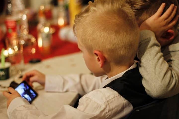 Enfant face aux écrans