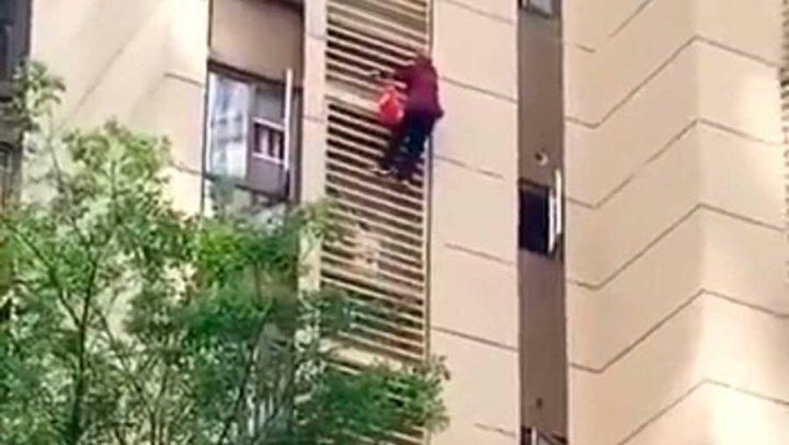 vieille dame escalade la façade
