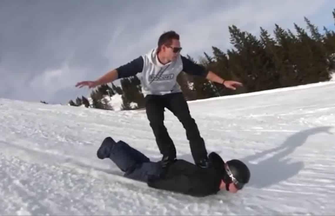 Utiliser son pote comme snowboard ? Pourquoi pas
