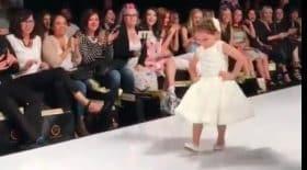 petite fille défilé de mode