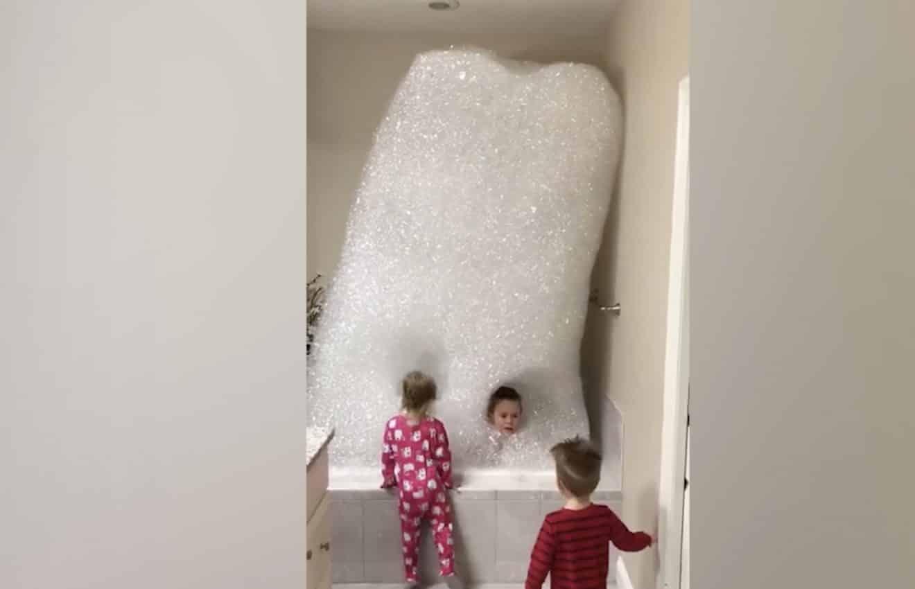 Ces enfants voulaient un bain moussant, ils ne vont pas le regretter ! (VIDEO)