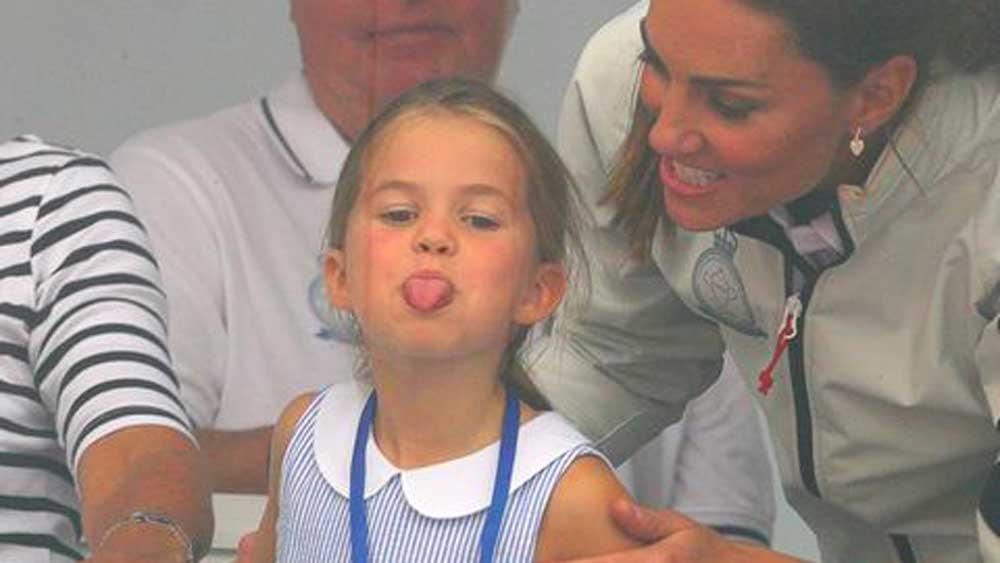 La princesse Charlotte tire la langue au public : Kate Middleton embarrassée, ne sait comment contrôler sa chipie de fille