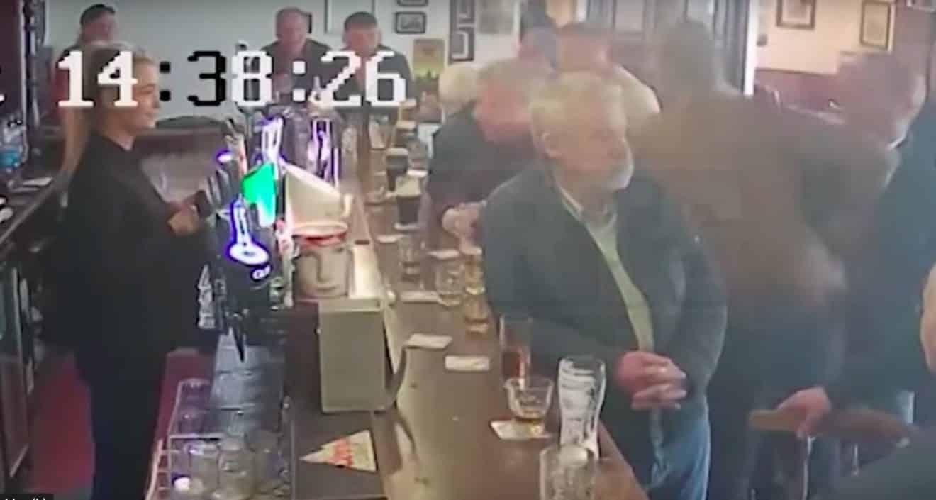 Conor McGregor pète les plombs dans un bar à Dublin et frappe un homme au visage, la vidéo qui fait scandale