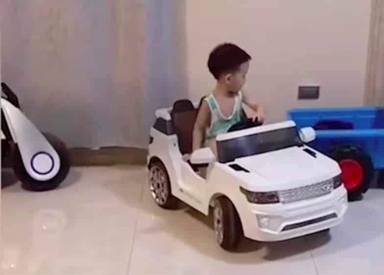Ce petit garçon est déjà le roi du créneau et conduit sûrement mieux que vous !