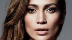 Jennifer Lopez affiche fièrement son corps à 50 ans
