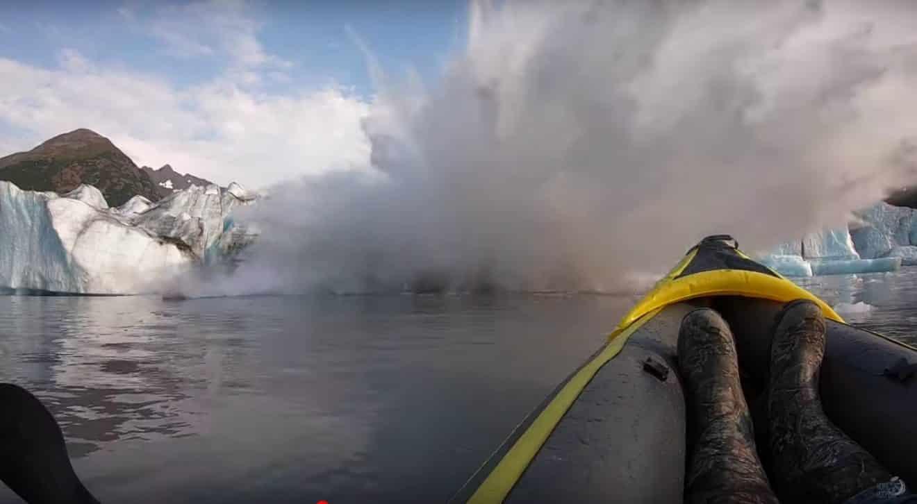 Un glacier s'effondre juste sous leurs yeux en Alaska pendant qu'ils font du kayak