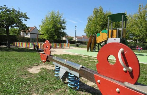 Un square pour enfants piégé par des bombes d'acides dans l'Essonne ! Deux adolescents coupables ?
