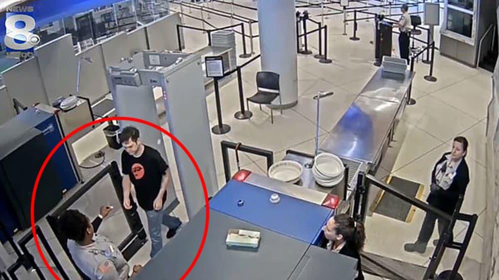 Une employée de l'aéroport glisse des petits mots d'insulte aux voyageurs qui passent le portique de sécurité