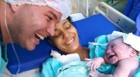 a-la-naissance-ce-bebe-sourit-lorsquil-reconnait-la-voix-de-son-pere